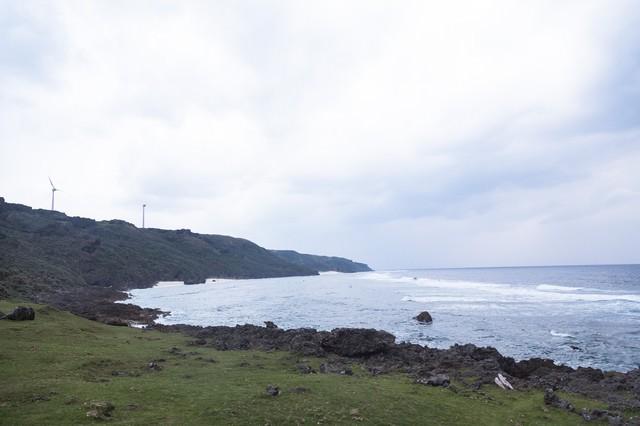 与那国島の風力発電と岸の写真