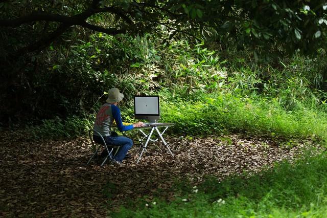アップデートがなかなか終わらず森の中でおいてけぼりの新卒デザイナーの写真