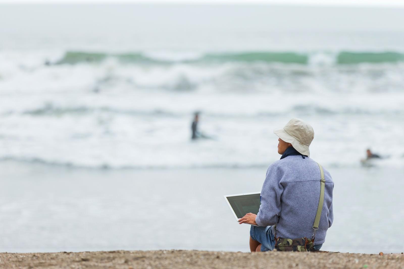 「サーファーの同僚に海へ連れて行かれるも、まわりの雰囲気に溶け込めずコーディングをはじめてしまうデザイナー」の写真