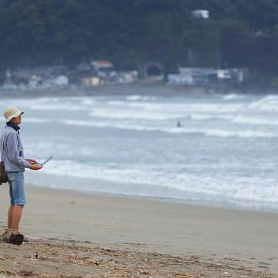 「無料WiFiを探していたら砂浜に出た」の写真素材