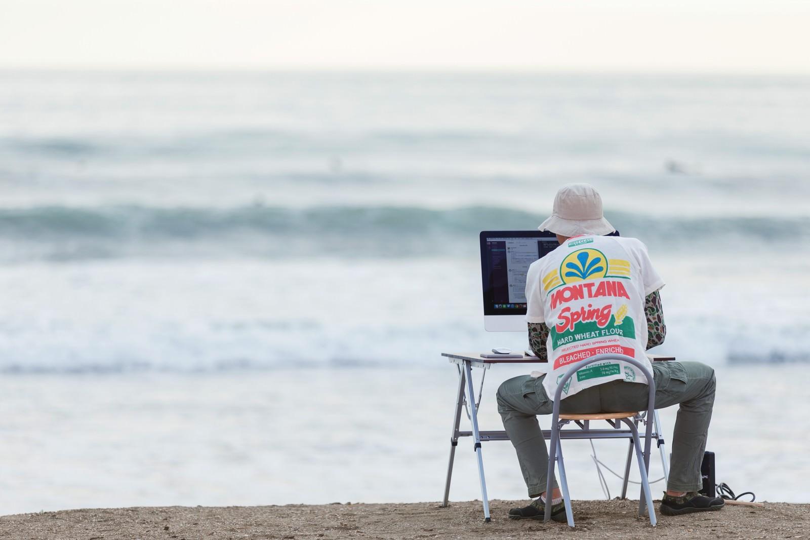 「GW明け、締め切りの波が続々と目の前に押し寄せるWebデザイナー | 写真の無料素材・フリー素材 - ぱくたそ」の写真