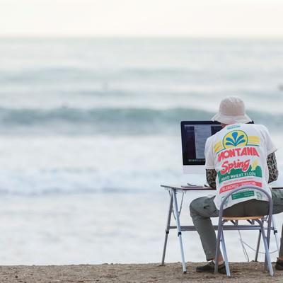 GW明け、締め切りの波が続々と目の前に押し寄せるWebデザイナーの写真