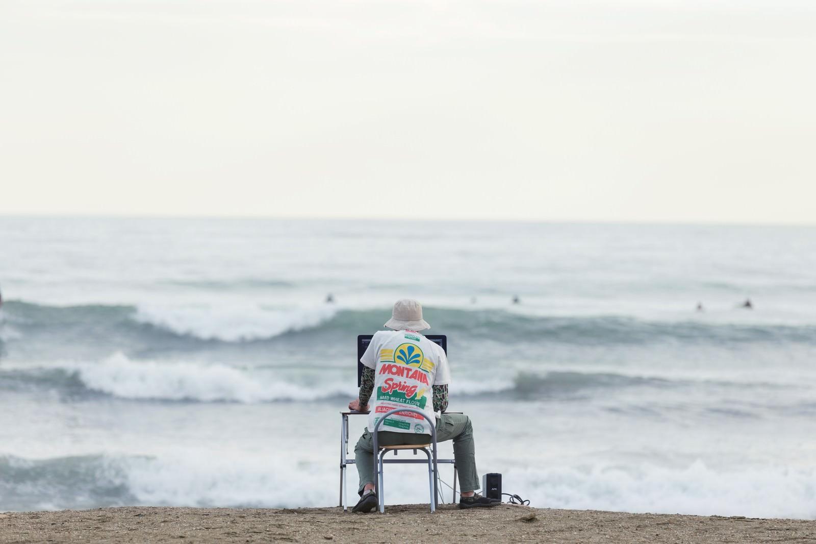 「締め切りの荒波に果敢に立ち向かうWebデザイナー」の写真