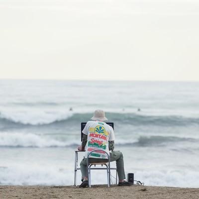 「締め切りの荒波に果敢に立ち向かうWebデザイナー」の写真素材