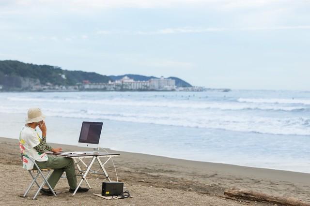 上司に「今どこ?」と聞かれて「浜辺です」と正直に応えるWebデザイナーの写真