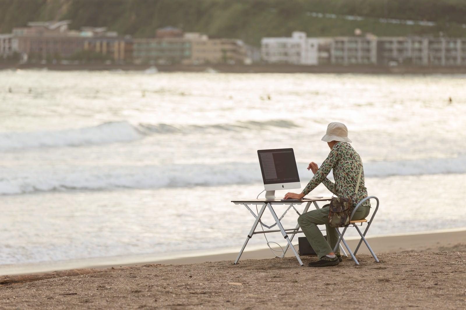 「サーフィンをしに海へ来たのに、ついついコーディングしてしまうIT戦士サーフィンをしに海へ来たのに、ついついコーディングしてしまうIT戦士」のフリー写真素材を拡大