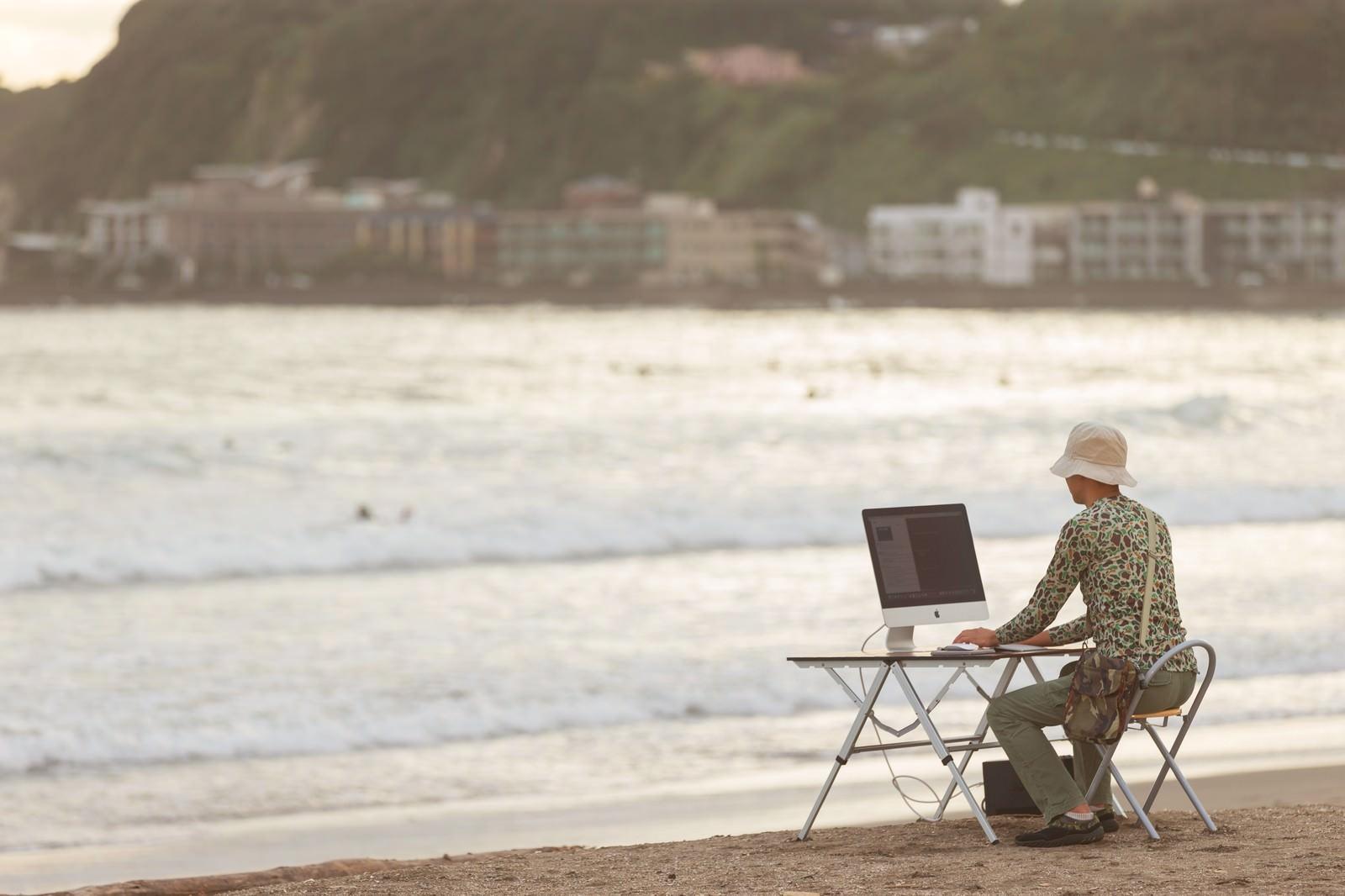 「そろそろ終電だな、と焦るWebクリエイター」の写真