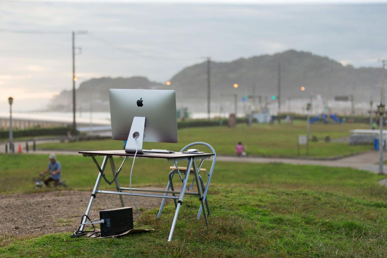 「逃げ出したエンジニアを待つデスクトップ」の写真