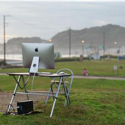 「逃げ出したエンジニアを待つデスクトップ」の写真素材