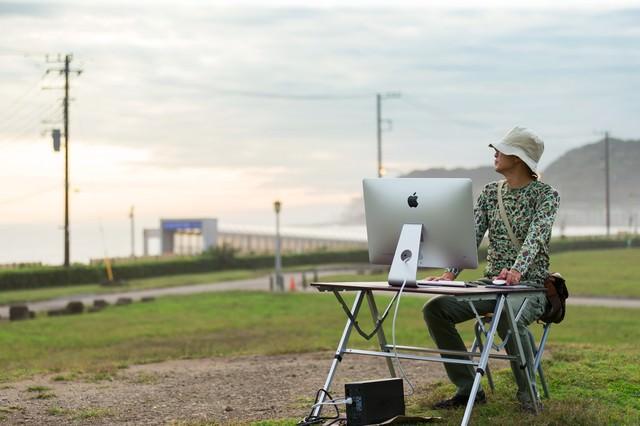 「今日も仕事頑張ったなあ、そろそろ帰るか」と充実したWEBディレクターの写真
