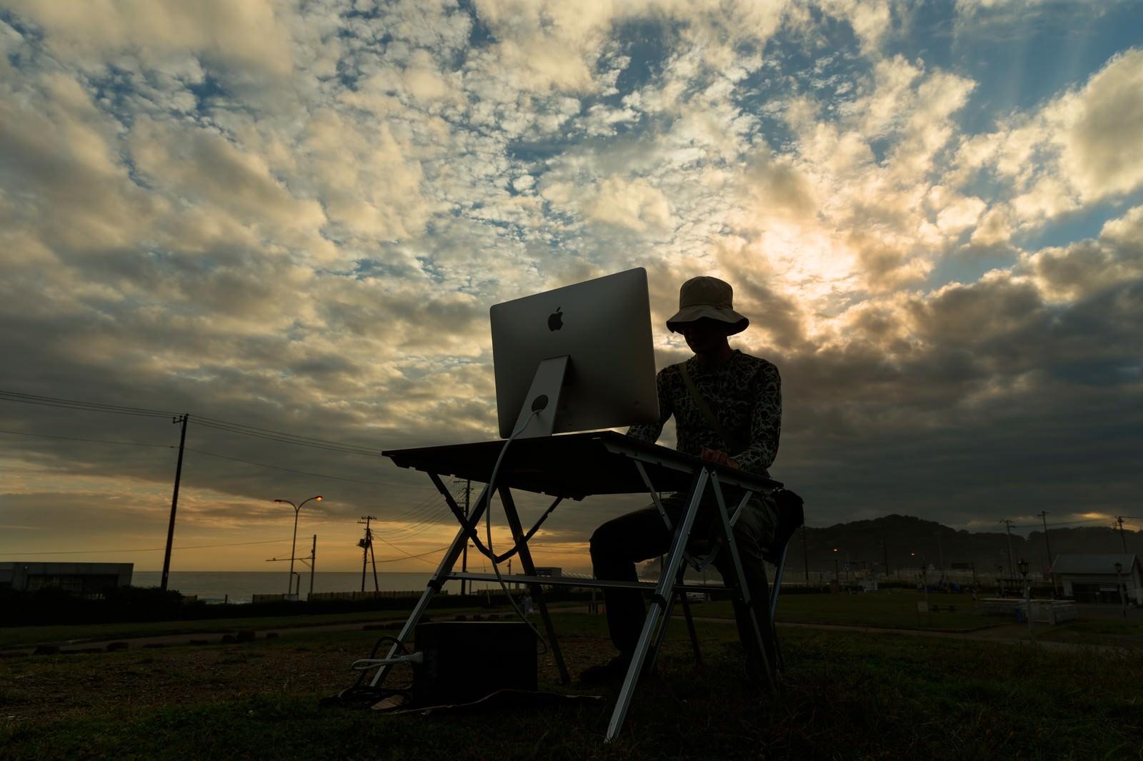 「「また、徹夜だよ」と諦めるWEBディレクター」の写真