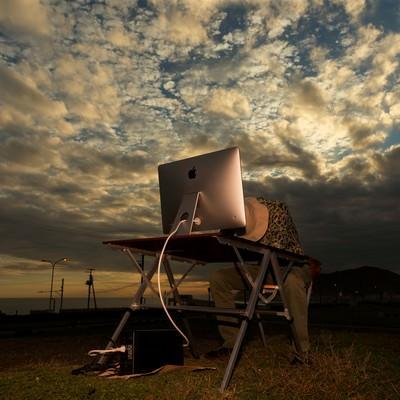 「「また、徹夜だよ」と諦めるWEBディレクター」の写真素材