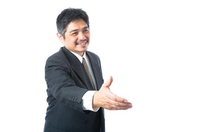 握手を求める営業部長の写真