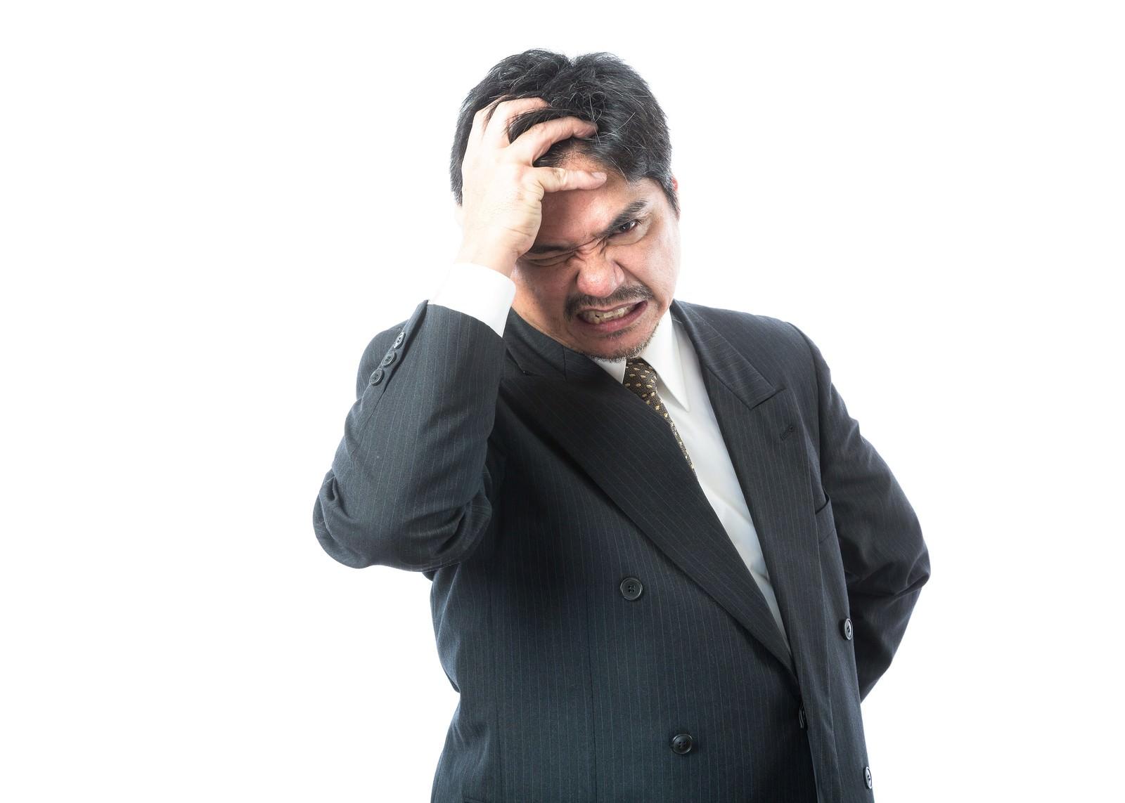「手形不渡りが発生して頭を抱える経営者」[モデル:よたか]