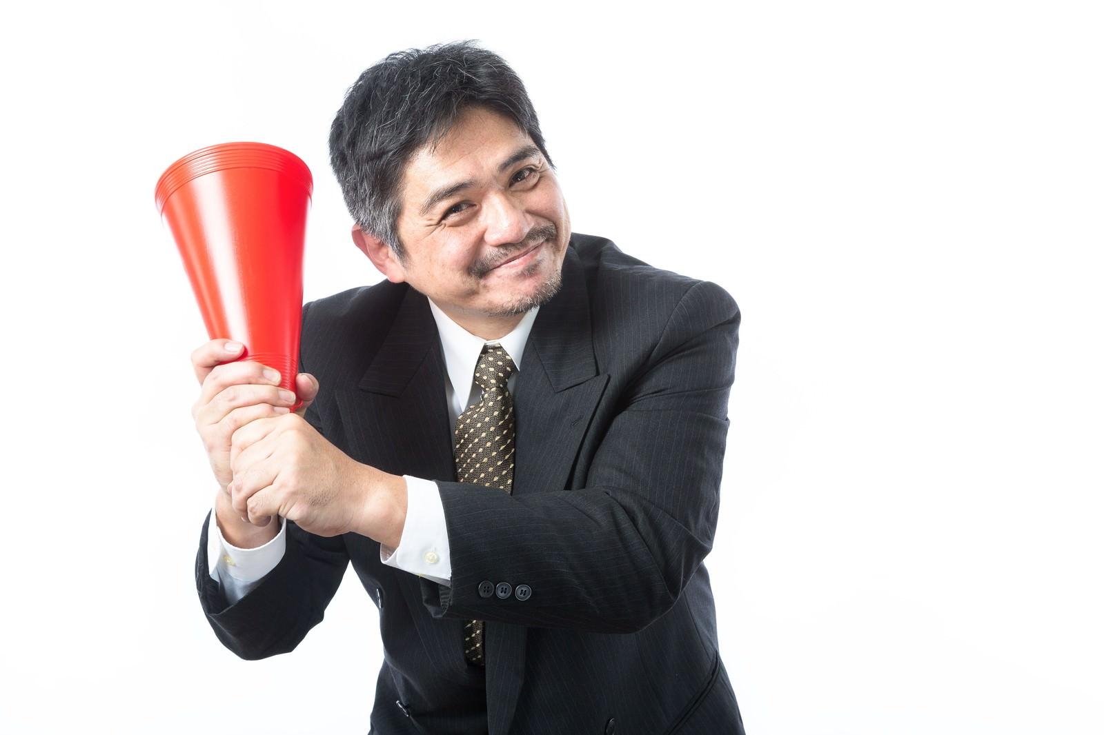 「「今夜、神宮行っちゃう?」と部下を誘う広島ファン」の写真[モデル:よたか]