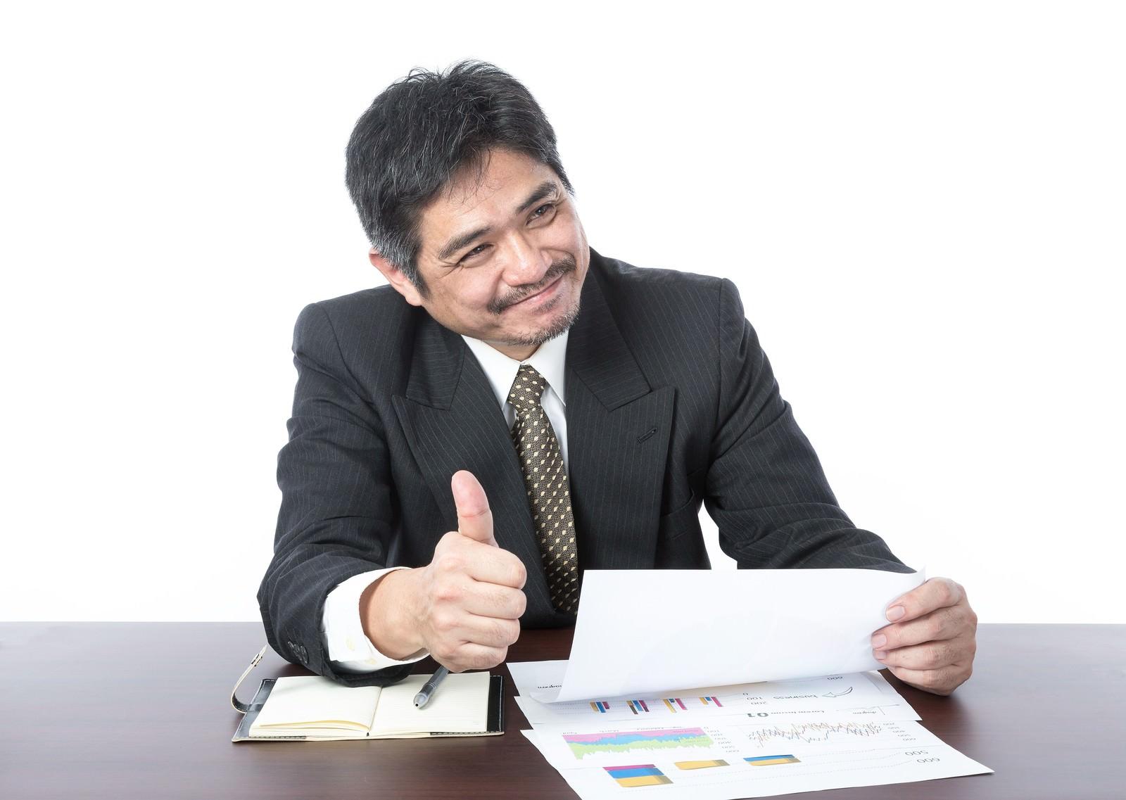 「「資料いいね!社長にシェアさせていただきます」とベタ褒めするクライアント「資料いいね!社長にシェアさせていただきます」とベタ褒めするクライアント」[モデル:よたか]のフリー写真素材を拡大