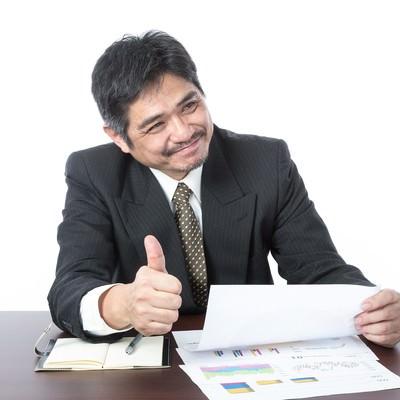 「「資料いいね!社長にシェアさせていただきます」とベタ褒めするクライアント」の写真素材