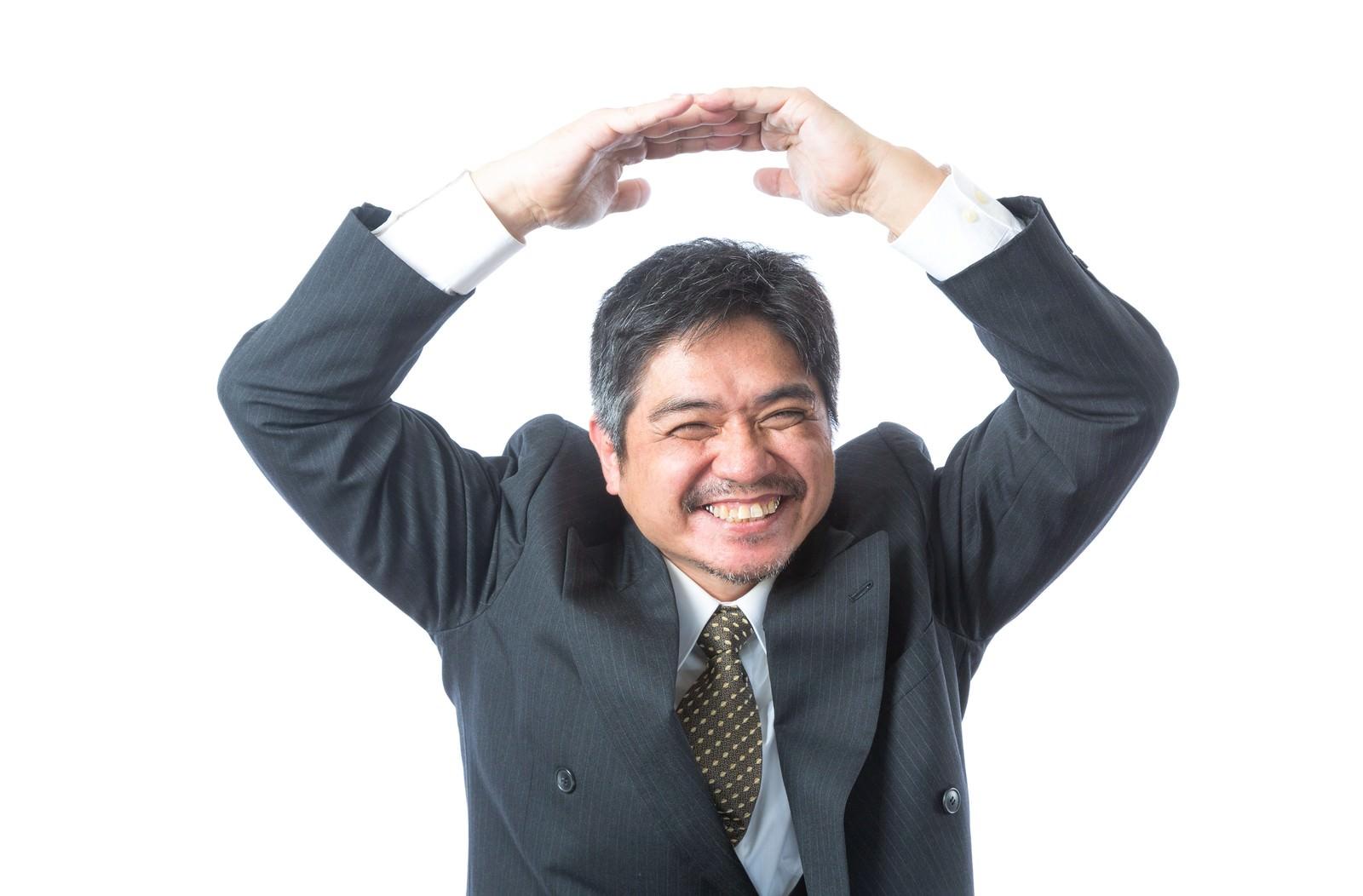 「「例のプレゼン採用されました!」とOKマークを出す部長「例のプレゼン採用されました!」とOKマークを出す部長」[モデル:よたか]のフリー写真素材を拡大