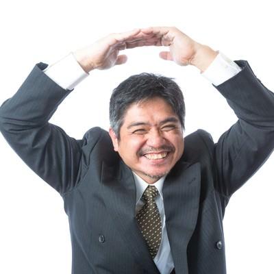 「例のプレゼン採用されました!」とOKマークを出す部長の写真