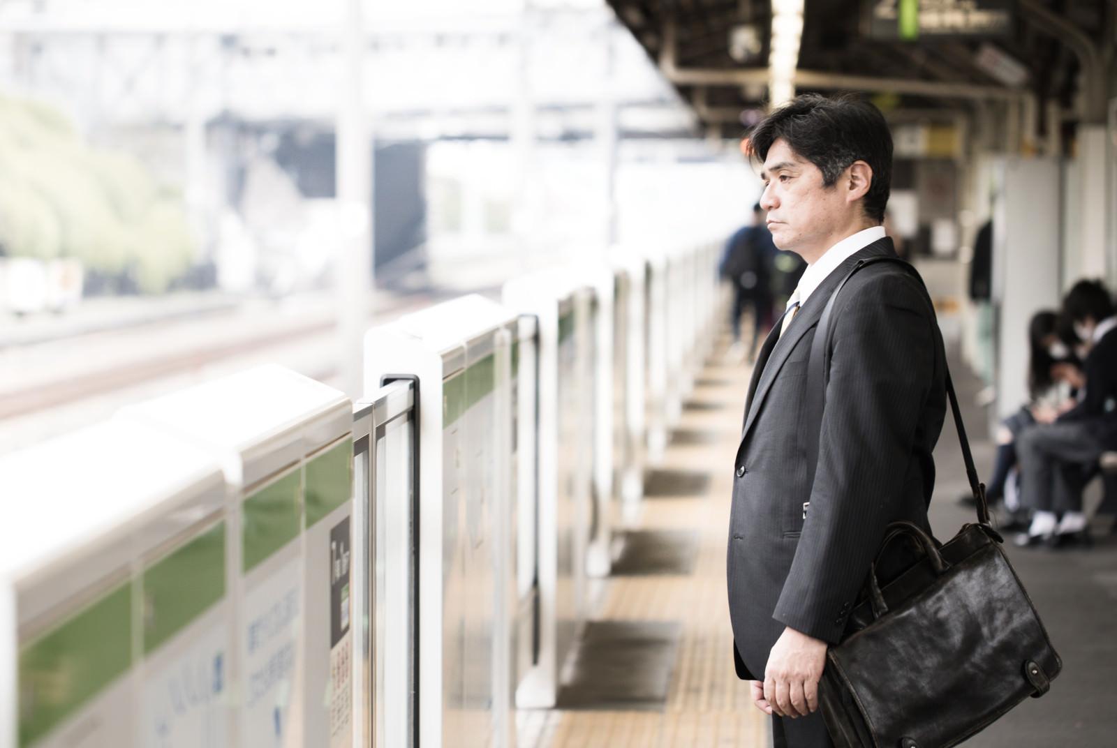 「駅のホームで険しい表情の中年会社員駅のホームで険しい表情の中年会社員」[モデル:よたか]のフリー写真素材を拡大