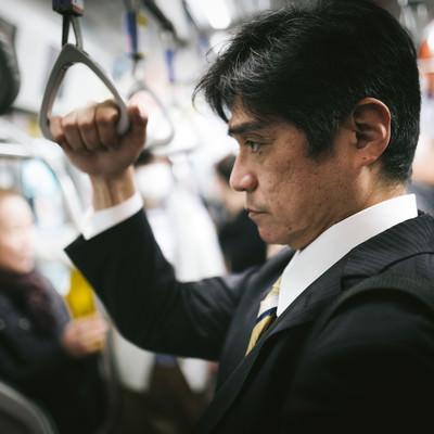 「満員電車で通勤」の写真素材
