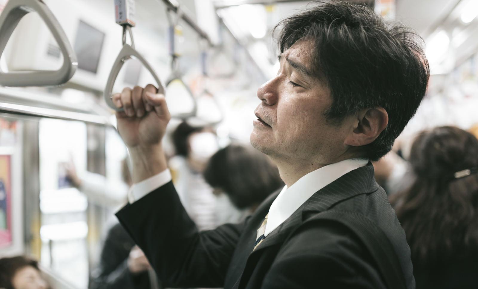「満員電車の通勤が最も疲れる原因(中年男性)満員電車の通勤が最も疲れる原因(中年男性)」[モデル:よたか]のフリー写真素材を拡大