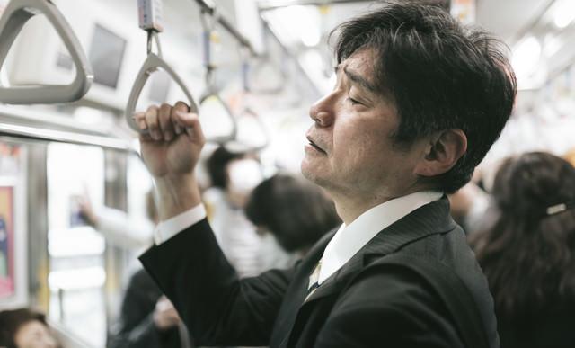 満員電車の通勤が最も疲れる原因(中年男性)の写真