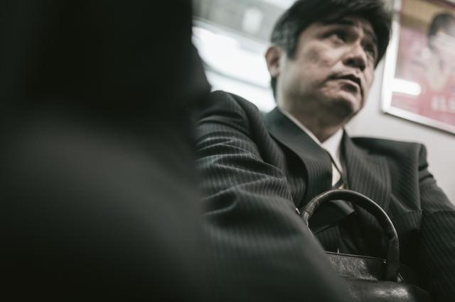 満員電車で「降ります」がなかなか言えない弱腰中年の写真