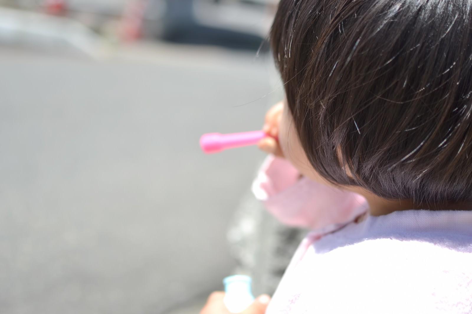 「「ぷー」っとシャボン玉を吹く子供」の写真