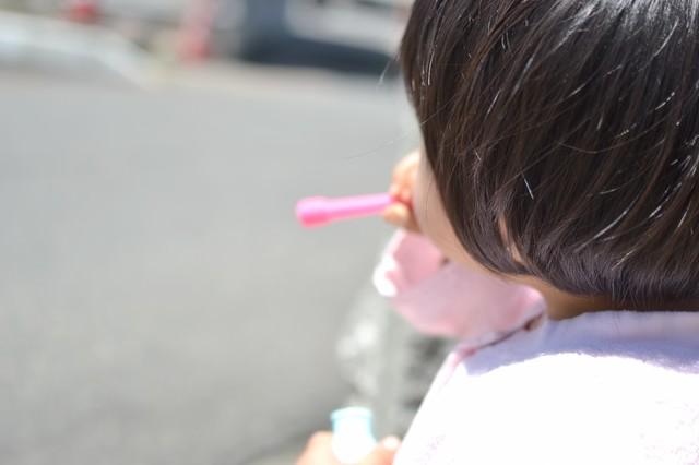 「ぷー」っとシャボン玉を吹く子供の写真
