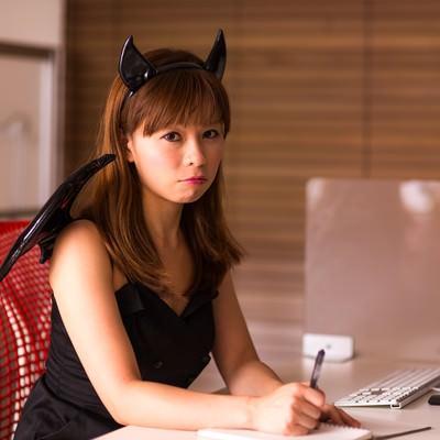 「ハロウィンのコスプレするも残業で帰れない女性会社員」の写真素材