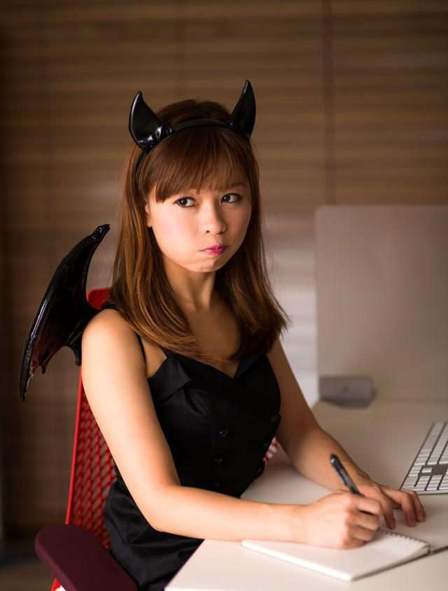ハロウィンで小悪魔のコスプレを強要された事務の女性の写真