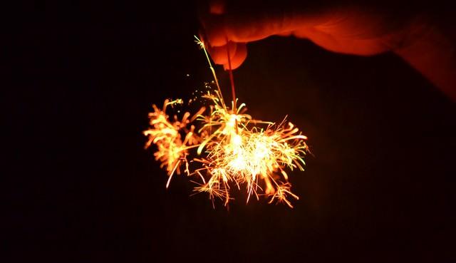 線香花火を手で持つの写真