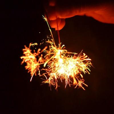 「線香花火を手で持つ」の写真素材