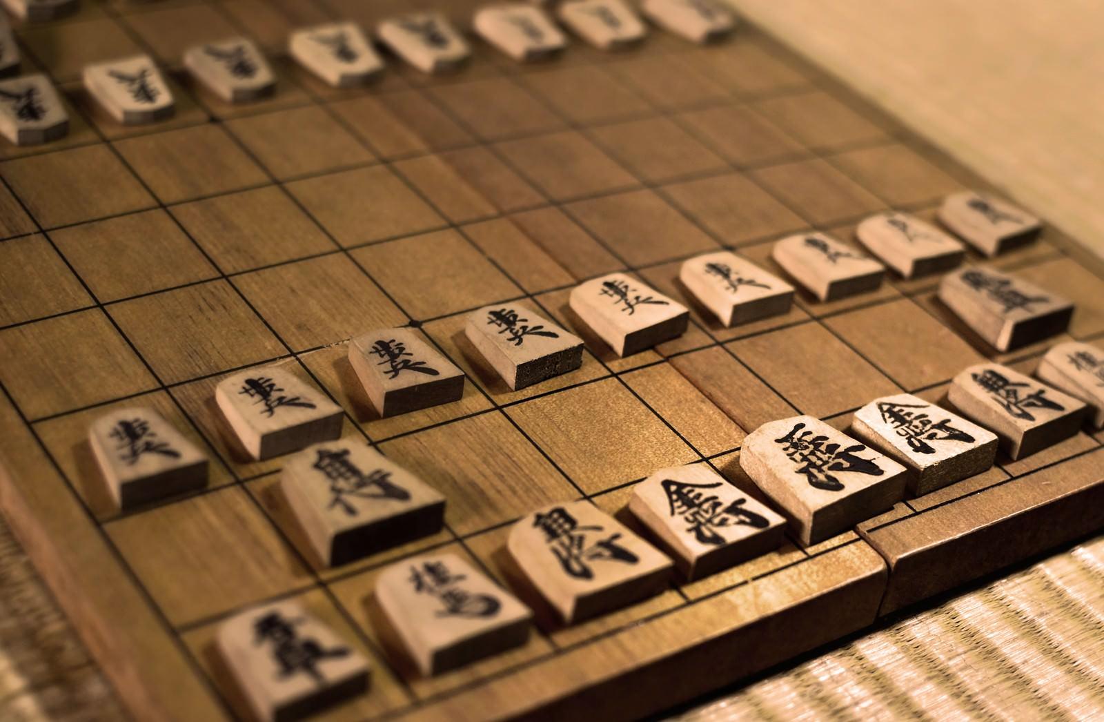 「古い折りたたみの将棋盤」の写真