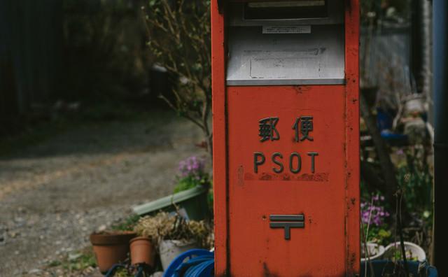 街中の細長い郵便ポストの写真