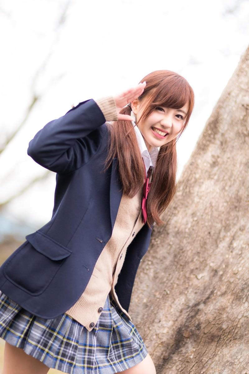 「「おっす!」地球を後にする女子高生」の写真[モデル:河村友歌]