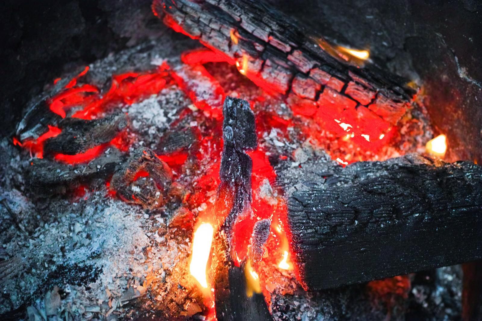 「赤く燃える木炭」の写真