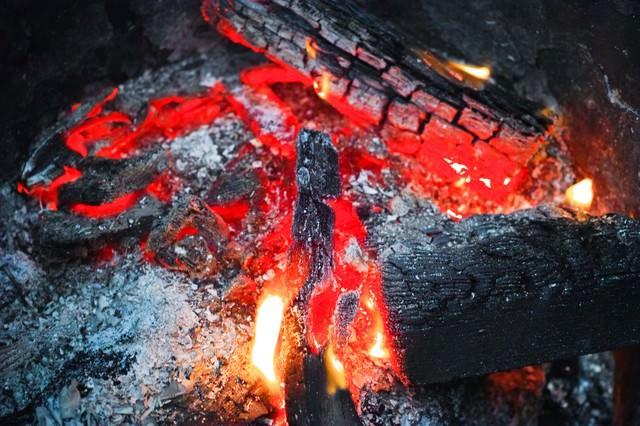 赤く燃える木炭の写真