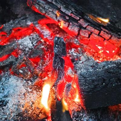 「赤く燃える木炭」の写真素材