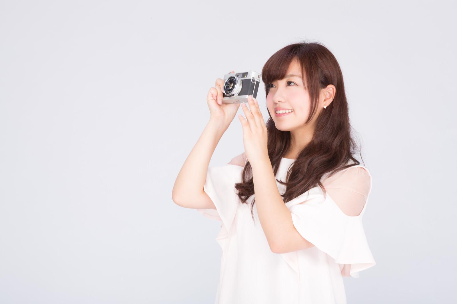 「フイルムカメラで撮影女子 | 写真の無料素材・フリー素材 - ぱくたそ」の写真[モデル:河村友歌]