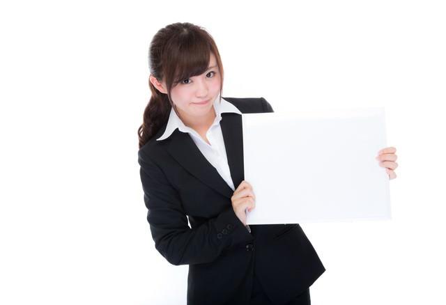 フリップで説明する女性社員の写真