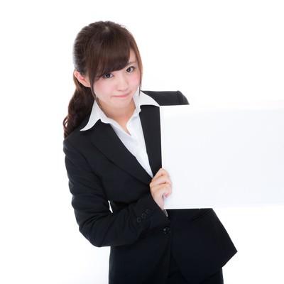 「フリップで説明する女性社員」の写真素材