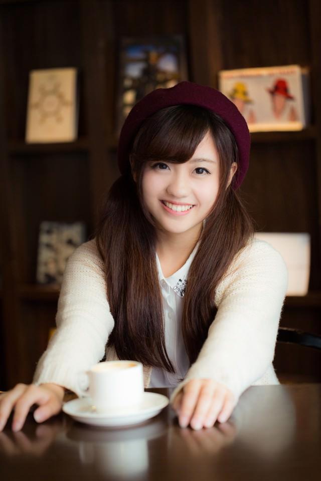 久々のデートで笑顔が溢れる彼女の写真