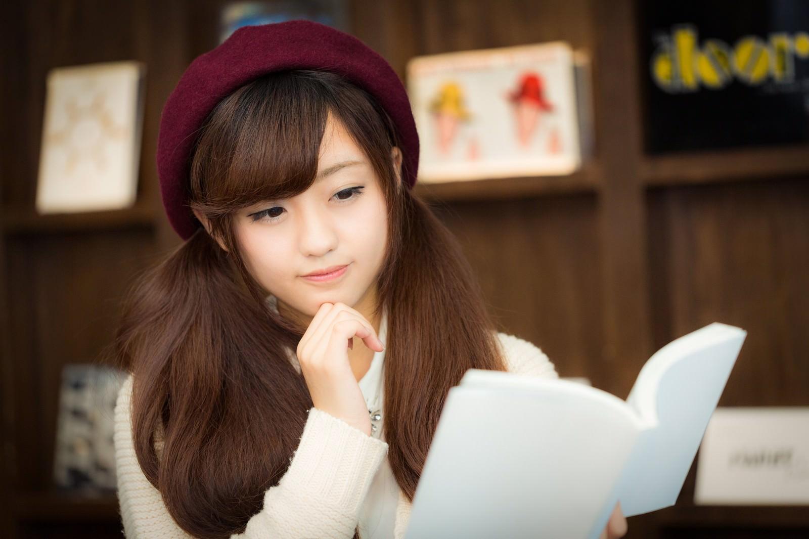 「知的な美女読書」の写真[モデル:河村友歌]