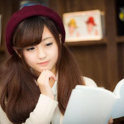 「知的な美女読書」の写真素材