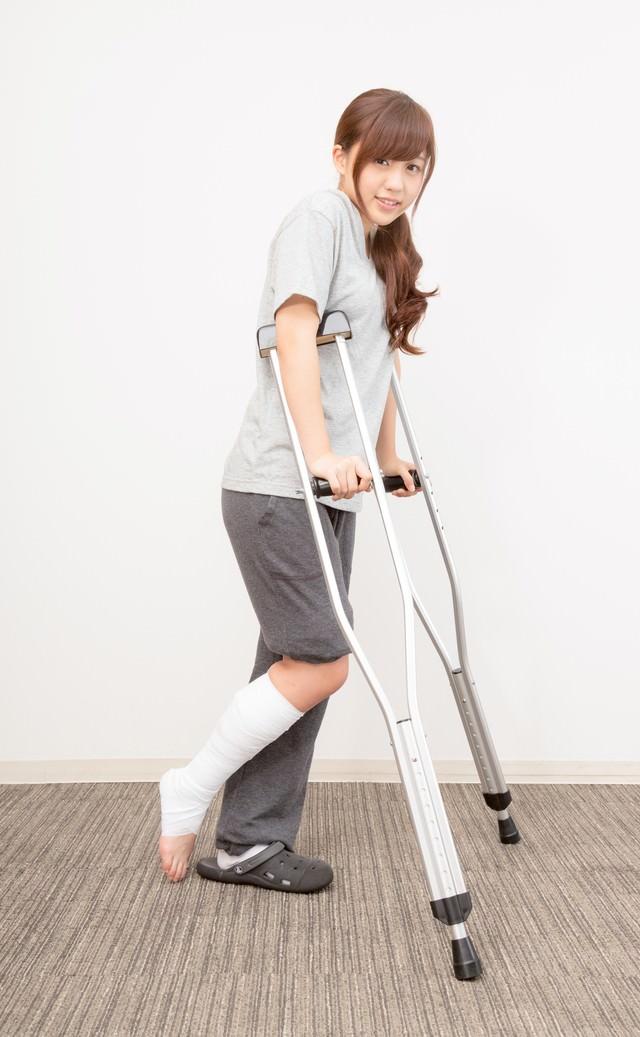 松葉杖で通院する女性の写真
