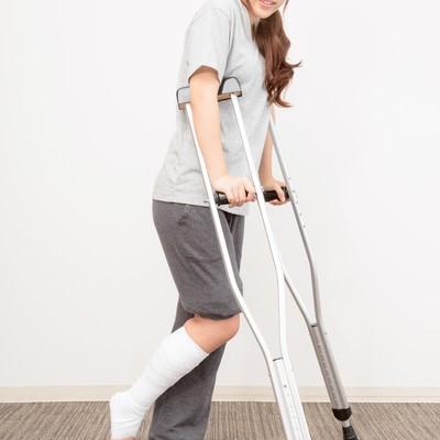 「松葉杖で通院する女性」の写真素材
