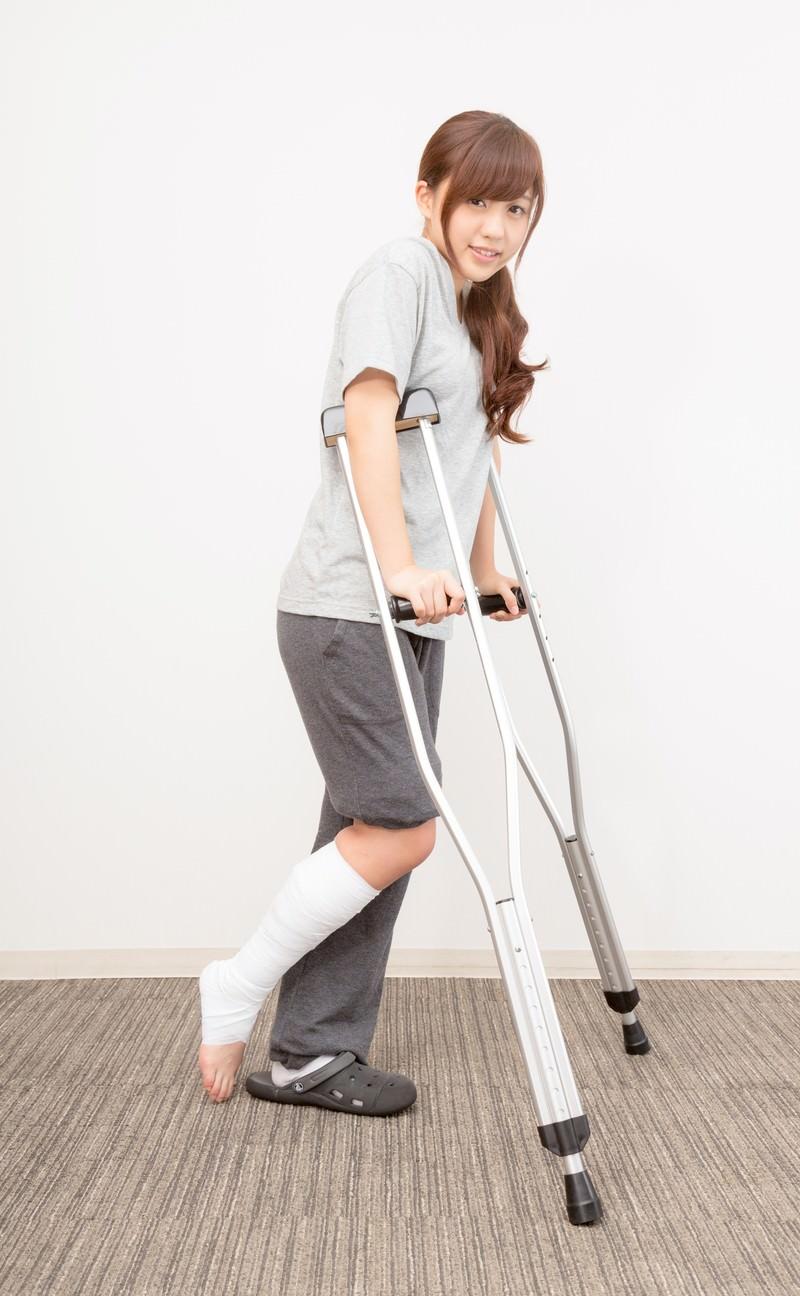 「松葉杖で通院する女性」の写真[モデル:河村友歌]