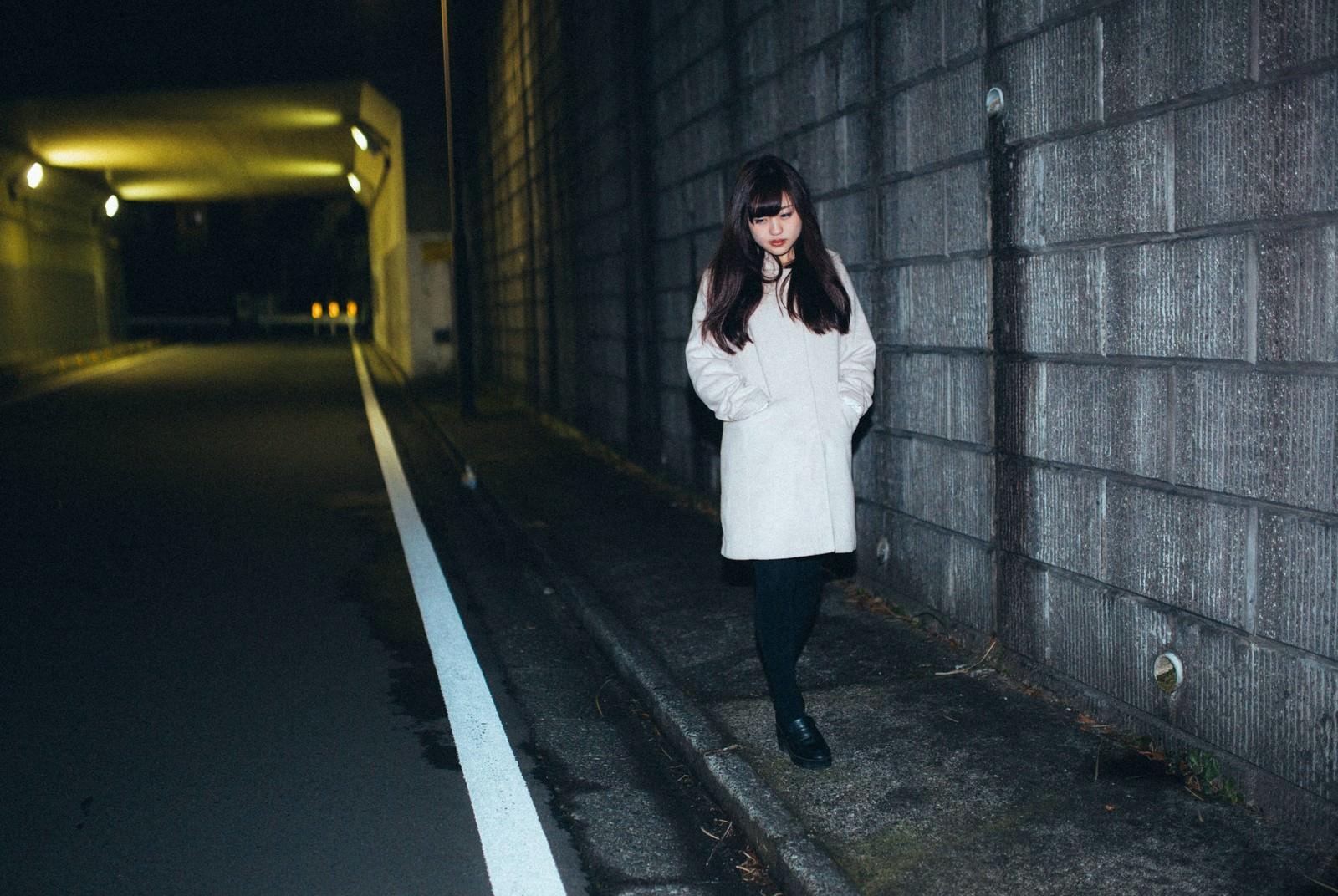 「夜道をてくてく夜道をてくてく」[モデル:河村友歌]のフリー写真素材を拡大